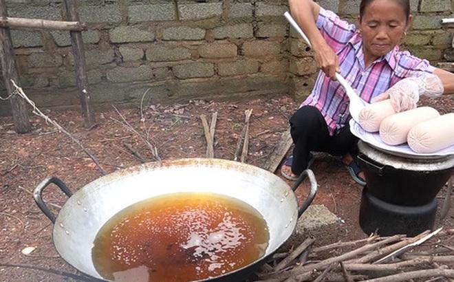 Làm bánh mì xúc xích siêu to khổng lồ nhưng Bà Tân Vlog lại bị bắt lỗi vì dùng lại chảo dầu cũ đã 'đen sì'
