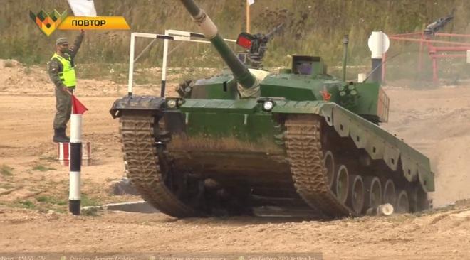Tank Biathlon 2020: Xe tăng Trung Quốc bị hỏng, đứng yên giữa đường đua, chỉ huy rất lo lắng - Tụt lại phía sau rồi - Ảnh 3.