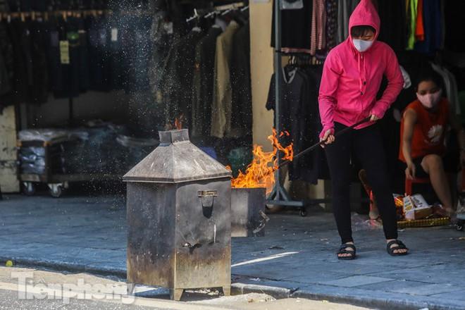 Vỉa hè, lòng đường Thủ đô đỏ lửa cúng rằm tháng 7 - Ảnh 5.