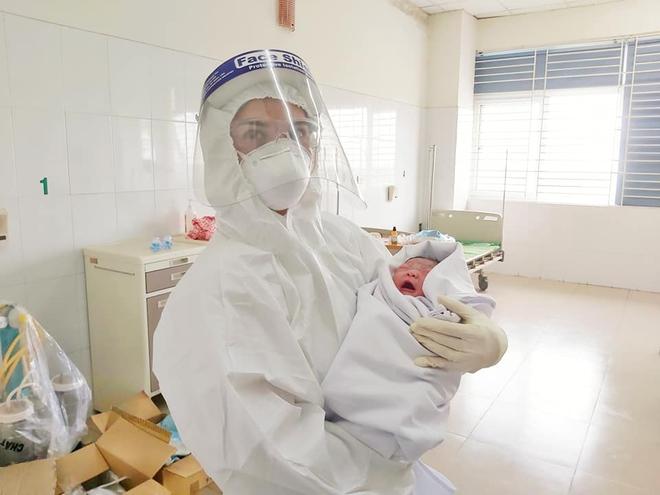 Bác sĩ mang bàn đẻ vào Khoa Vi rút - Ký sinh trùng, sản phụ sinh thường mẹ tròn con vuông - Ảnh 1.