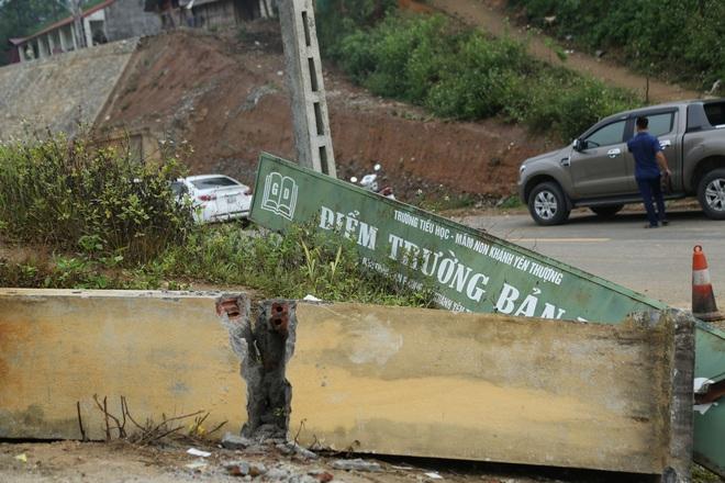 Vụ đổ cổng trường ở Lào Cai do đông học sinh đu bám - Ảnh 3.