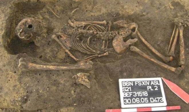 Hài cốt nằm úp trong cổ mộ và bí ẩn lời nguyền xác sống - Ảnh 1.
