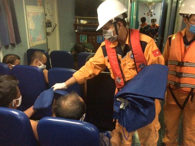 Tàu cá Quảng Ngãi bị tàu hàng đâm chìm trên biển Bình Thuận - Ảnh 3.
