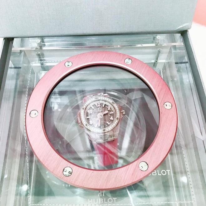 Choáng với bộ sưu tập đồng hồ tiền tỷ của Nữ hoàng nội y Ngọc Trinh - Ảnh 6.