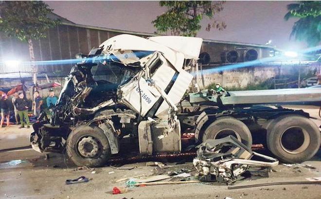 Đầu container biến dạng, tài xế kẹt cứng trong cabin sau vụ va chạm