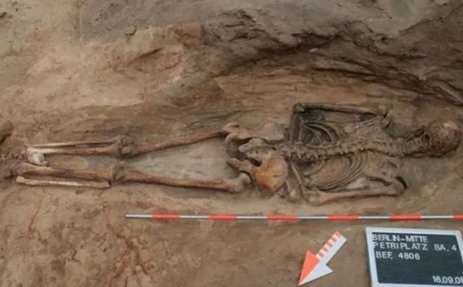 Hài cốt nằm úp trong cổ mộ và bí ẩn lời nguyền 'xác sống'