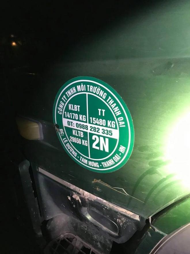 Phát hiện 2 xebồncủa đơn vị môi trường đổ trộm chất thải ra Đại lộ Thăng Long - Ảnh 1.