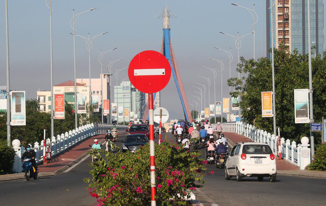 Dân Đà Nẵng đổ xô tắm biển, hàng quán đông đúc khách - Ảnh 2.