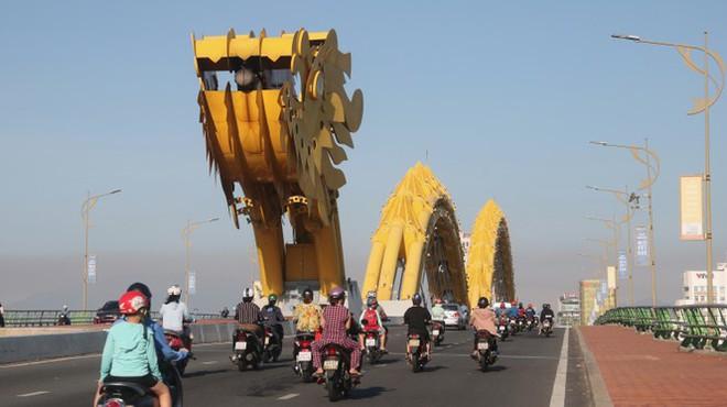Dân Đà Nẵng đổ xô tắm biển, hàng quán đông đúc khách - Ảnh 11.