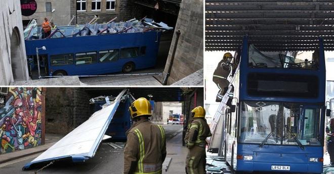 Hai xe buýt Anh bay nóc sau khi tông vào gầm cầu, nhiều học sinh bị thương - Ảnh 3.