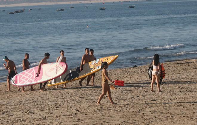 Dân Đà Nẵng đổ xô tắm biển, hàng quán đông đúc khách - Ảnh 4.