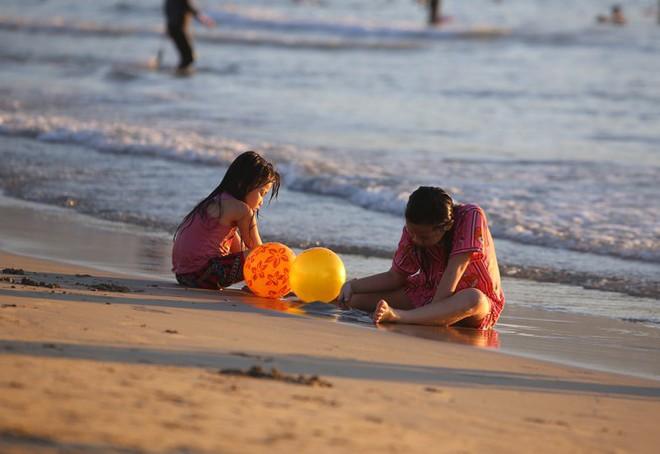 Dân Đà Nẵng đổ xô tắm biển, hàng quán đông đúc khách - Ảnh 7.