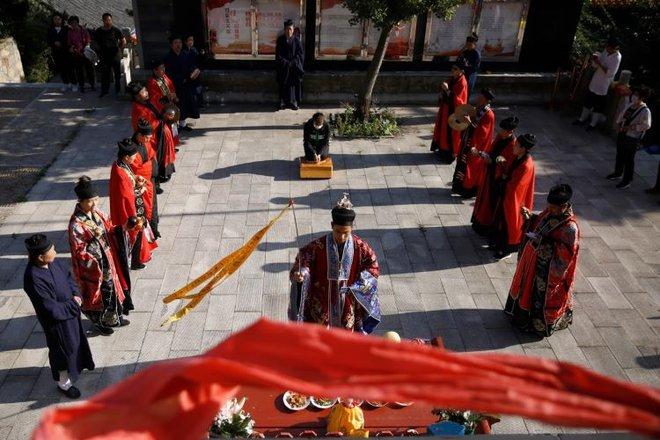 Ngôi đền thờ hàng trăm người chết trong đại dịch COVID-19 tại Trung Quốc - Ảnh 6.