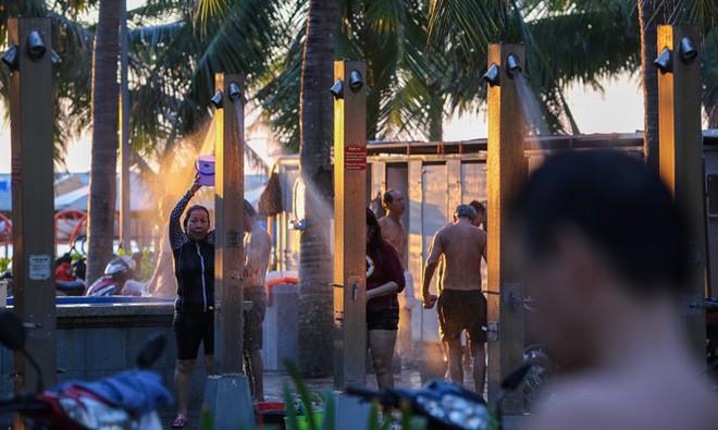 Dân Đà Nẵng đổ xô tắm biển, hàng quán đông đúc khách - Ảnh 9.