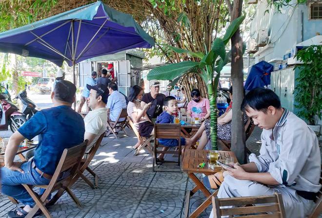 Dân Đà Nẵng đổ xô tắm biển, hàng quán đông đúc khách - Ảnh 10.