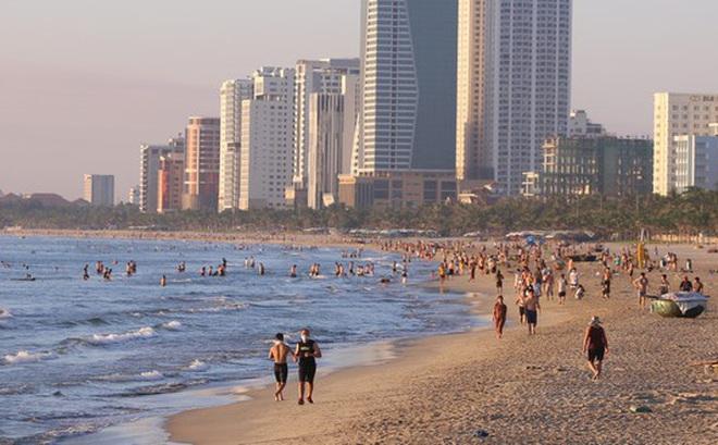Dân Đà Nẵng đổ xô tắm biển, hàng quán đông đúc khách