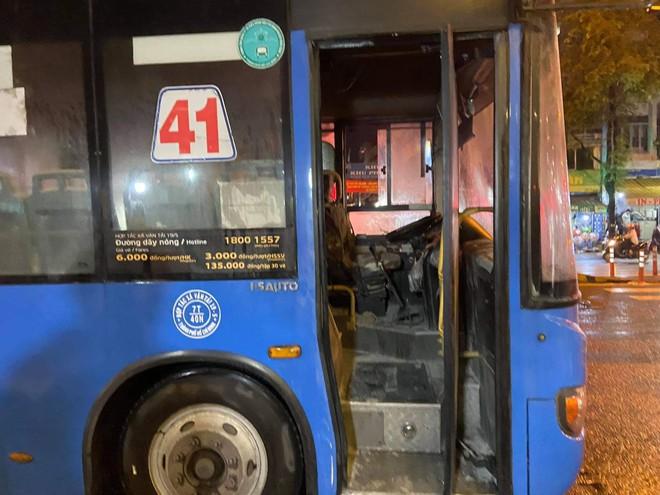 Xe buýt bốc cháy ngùn ngụt, 20 người thoát chết - Ảnh 2.