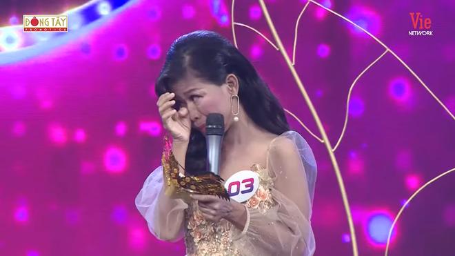 6 năm nghỉ hát vì bệnh hiểm nghèo, ca sĩ Thái Trân bật khóc trở lại sân khấu - Ảnh 3.
