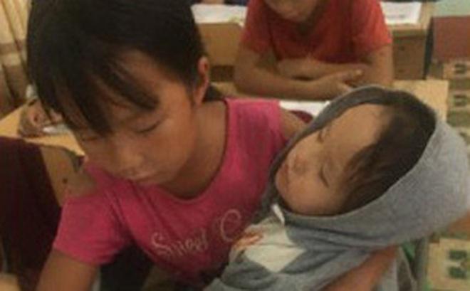 Nữ sinh lớp 5 ở vùng cao Lai Châu vừa học bài vừa bế em: Bố mẹ đi nương nên phải mang em đến lớp!