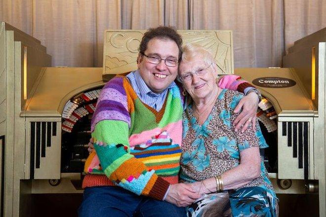 Đôi vợ chồng lệch 38 tuổi vẫn hạnh phúc sau 15 năm kết hôn. Ảnh: South West News Service