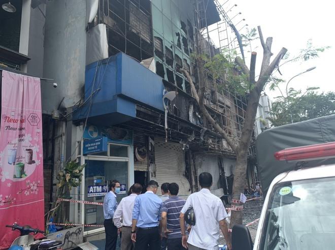 Cháy lớn ở Sài Gòn, 3 căn nhà gồm chi nhánh ngân hàng cùng 2 cơ sở kinh doanh bị thiêu rụi - Ảnh 1.