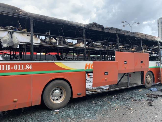 Xe khách Hưng Thịnh Gia Lai bốc cháy dữ dội trong bến xe Miền Đồng - Ảnh 1.