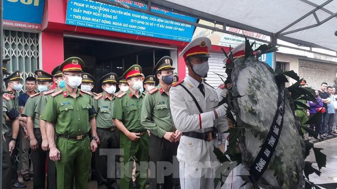 Đồng đội, làng xóm tiếc thương cảnh sát cơ động hi sinh ở Bắc Giang - Ảnh 1.