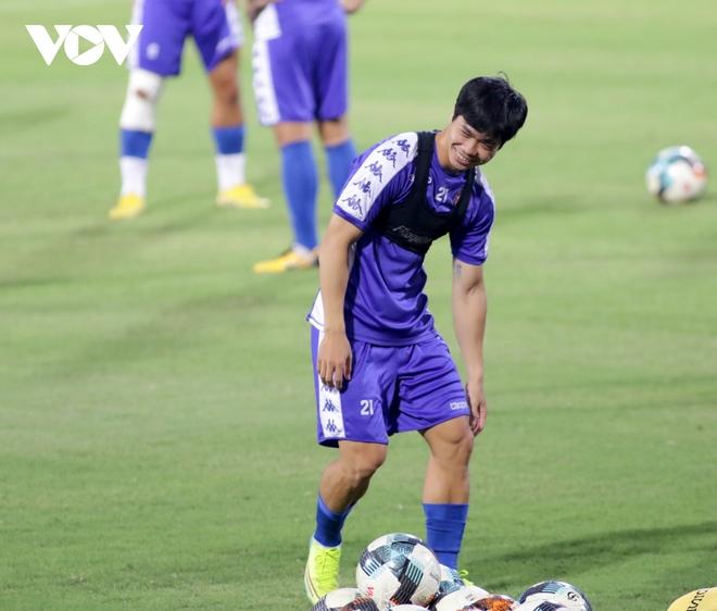 Không được thi đấu, Công Phượng vẫn hăng say tập luyện cùng CLB TPHCM - Ảnh 2.