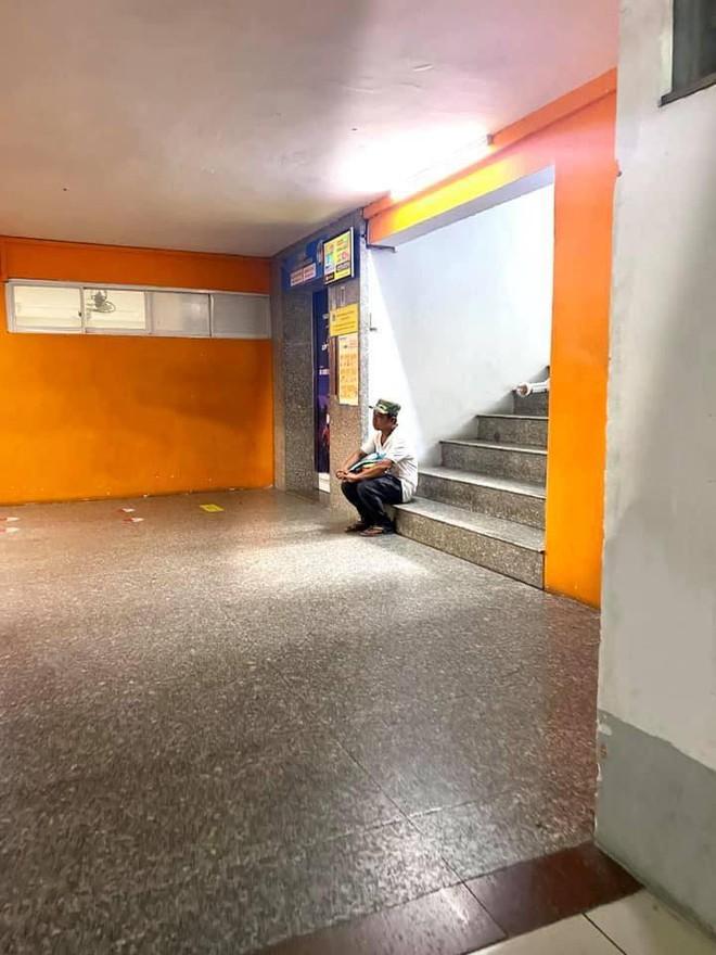 Người bố ngồi cô đơn trên bậc cầu thang, ánh mắt đầy lo âu - câu chuyện phía sau khiến ai cũng xúc động  - Ảnh 1.