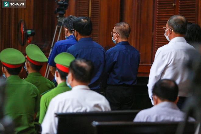 [Ảnh] Xét xử ông Nguyễn Thành Tài: Bị cáo đi cửa sau vào phòng xử, điều xe cứu hoả, cứu thương tới toà - Ảnh 11.