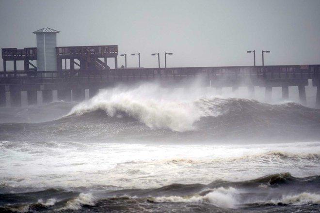Bão Sally đổ bộ vào Mỹ: Bãi đỗ xe thành bể bơi khổng lồ, người dân bơi lội dưới mưa lớn - Ảnh 1.
