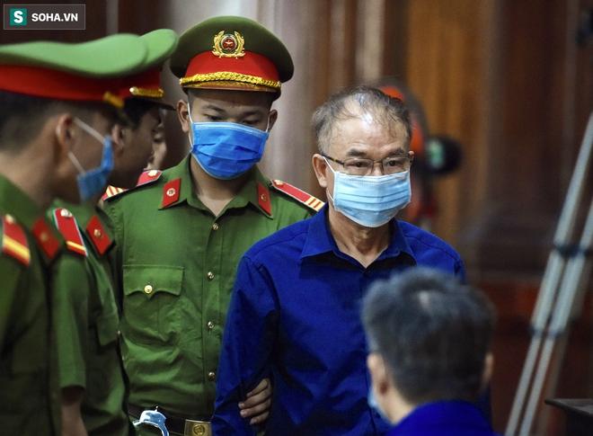 [Ảnh] Xét xử ông Nguyễn Thành Tài: Bị cáo đi cửa sau vào phòng xử, điều xe cứu hoả, cứu thương tới toà - Ảnh 8.