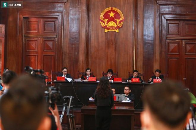[Ảnh] Xét xử ông Nguyễn Thành Tài: Bị cáo đi cửa sau vào phòng xử, điều xe cứu hoả, cứu thương tới toà - Ảnh 10.
