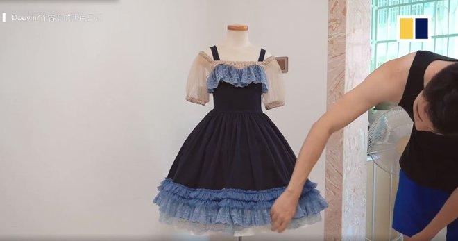 Ông bố trổ tài may hơn 100 bộ váy cho con gái, bộ nào cũng đẹp xuất sắc - Ảnh 3.