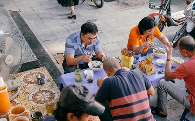 Sau khi gây bão mạng xã hội, hàng Phở Khôi có ông chủ khó tính nhất nhì Hà Nội bất ngờ đông nghẹt khách, có người chờ lâu quá phải cáu kỉnh bỏ đi