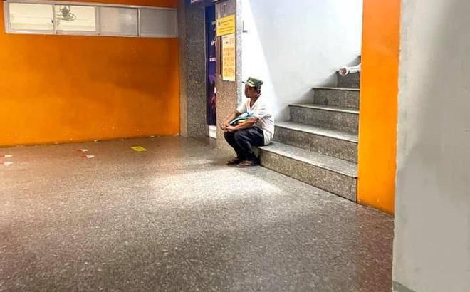 Người bố ngồi cô đơn trên bậc cầu thang, ánh mắt đầy lo âu - câu chuyện phía sau khiến ai cũng xúc động