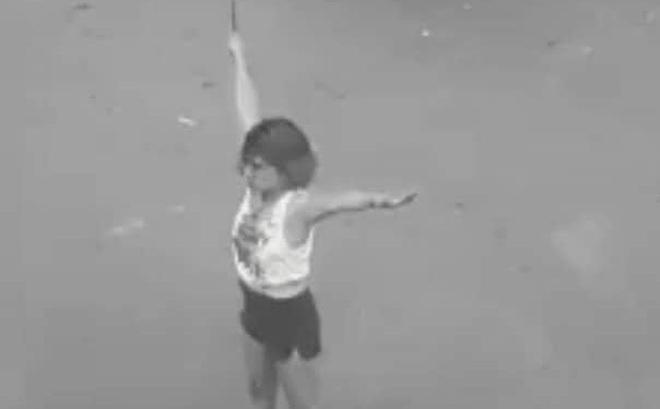 Cô gái cầm dao phần luồng giao thông giữa giao lộ Sài Gòn