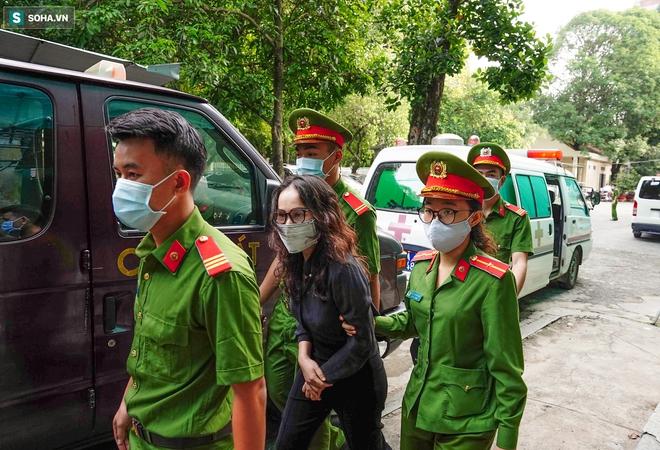 [Ảnh] Xét xử ông Nguyễn Thành Tài: Bị cáo đi cửa sau vào phòng xử, điều xe cứu hoả, cứu thương tới toà - Ảnh 5.