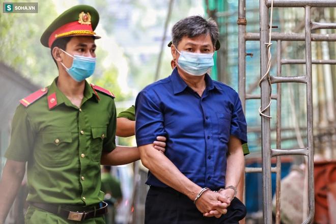 [Ảnh] Xét xử ông Nguyễn Thành Tài: Bị cáo đi cửa sau vào phòng xử, điều xe cứu hoả, cứu thương tới toà - Ảnh 4.