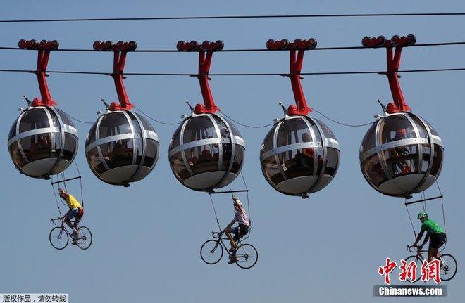 Ngỡ ngàng với màn đạp xe trên không trong lễ khai mạc giải đua xe đạp nổi tiếng thế giới - Ảnh 2.