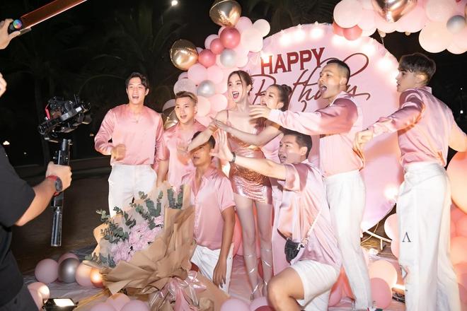 Ngọc Trinh hở bạo trong tiệc mừng sinh nhật - Ảnh 9.