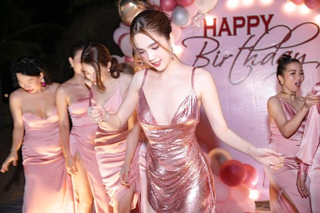 Ngọc Trinh hở bạo trong tiệc mừng sinh nhật - Ảnh 8.
