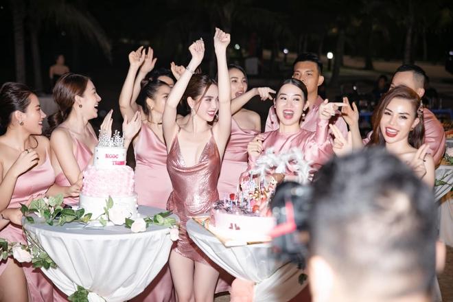 Ngọc Trinh hở bạo trong tiệc mừng sinh nhật - Ảnh 4.