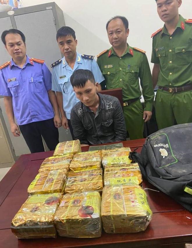 Phát hiện công an bao vây, nam thanh niên vứt balo chứa 10kg ma túy rồi bỏ chạy trong đêm - Ảnh 2.