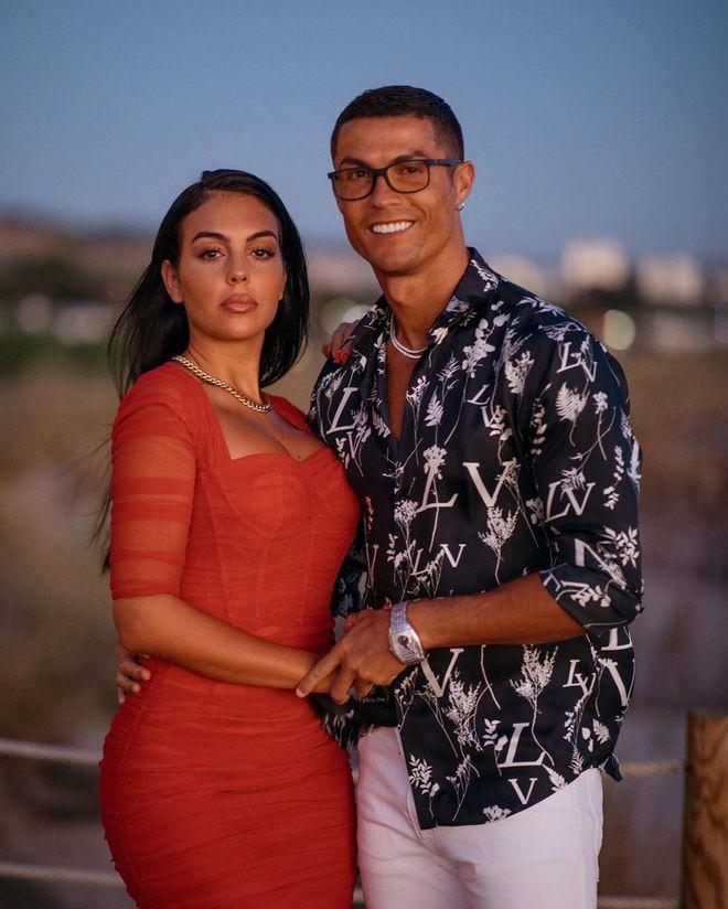 Cận cảnh nhan sắc nóng bỏng của siêu mẫu vừa được Ronaldo chi 18 tỷ để cầu hôn - Ảnh 1.