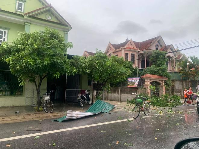 20 phút lốc xoáy làm tốc mái 60 ngôi nhà, nhiều tường rào sập đổ - Ảnh 13.