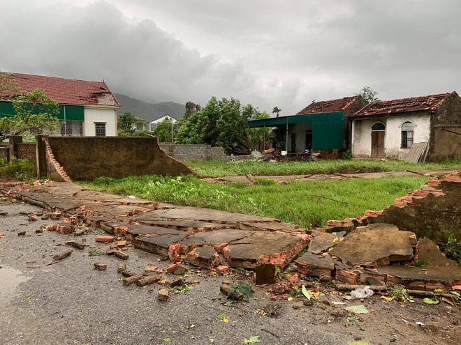 20 phút lốc xoáy làm tốc mái 60 ngôi nhà, nhiều tường rào sập đổ - Ảnh 12.