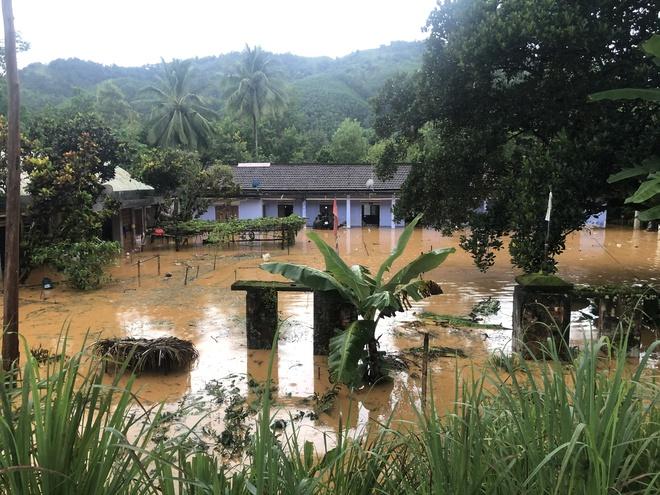 Cảnh sát dũng cảm đi dây trên dòng lũ lớn, cứu 9 người mắc kẹt ở huyện miền núi Quảng Nam - Ảnh 6.