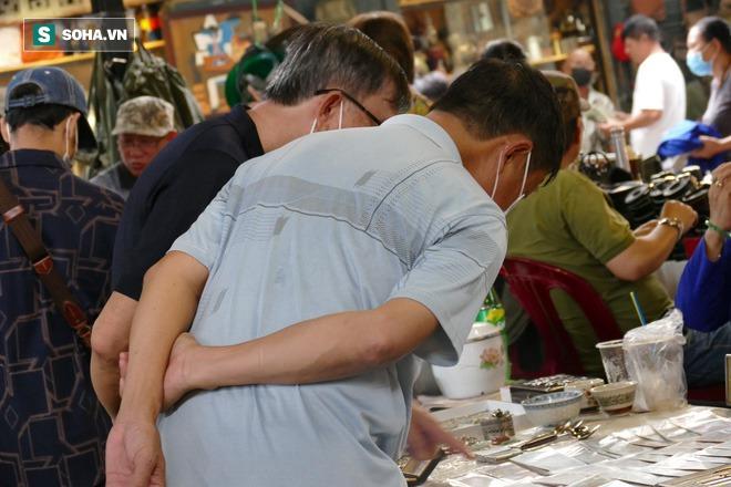Hàng xách tay từ nước ngoài bị ngưng trệ, dân buôn ở chợ đồ cổ nổi tiếng bậc nhất Sài Gòn đói hàng - Ảnh 2.