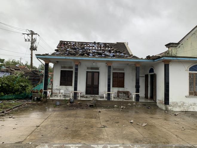Bão số 5: Gió bão mạnh quật ngã hàng loạt người đi xe máy ở TP Huế - Ảnh 5.